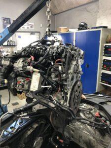 Motor på vej ud i forbindelse med kæde skifte